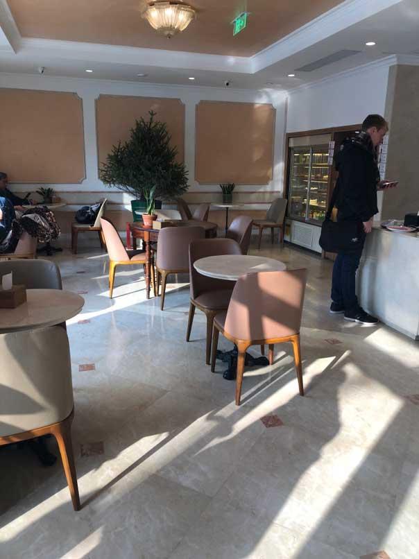 お目当てのカフェ「DA GIULIANO」店内1