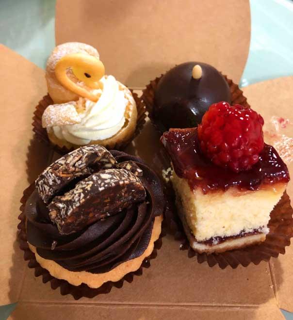 チョコレート重視のラインナップのプチケーキ
