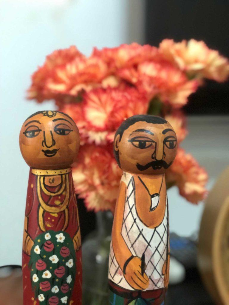 カーネーションとスリランカのお土産の人形